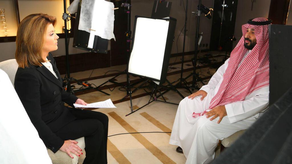 El príncipe heredero de Arabia Saudita, Mohammed bin Salman, habla durante una entrevista al medio estadounidense CBS.