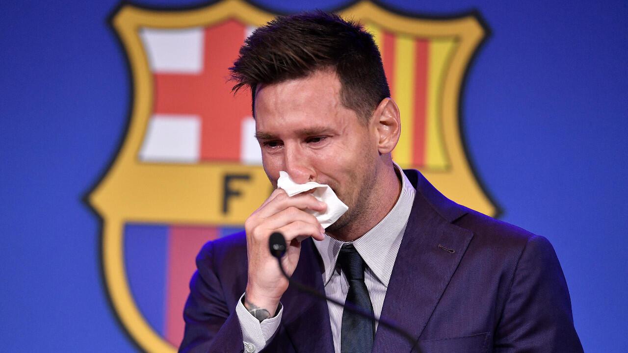 Lionel Messi entre lágrimas en el momento de confirmar su salida del FC Barcelona, en rueda de prensa en el Camp Nou, el 8 de agosto de 2021.