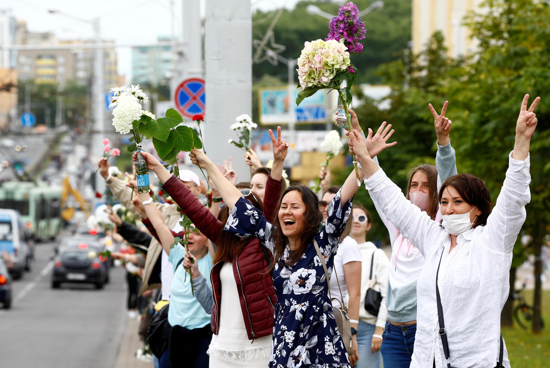 Des femmes manifestent contre la répression des forces de l'ordre à Minsk, le 13 août 2020.