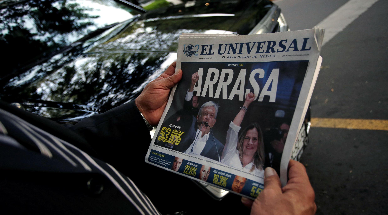 Medios de comunicación titulan la victoria de Andrés Manuel López Obrador y su partido. Ciudad de México, México. 2 de julio de 2018.
