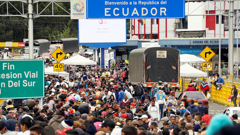 Migrantes venezolanos en el Puente Internacional Rumichaca en Tulcan, Ecuador, el 14 de junio de 2019.