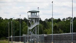 """برج مراقبة داخل """"سجن لي الإصلاحي"""" في جنوب كاليفورنيا."""
