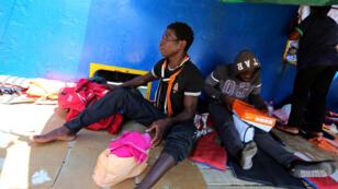 """Migrantes rescatados a bordo del barco petrolero """"Sarost 5"""" llegaron al puerto de Zarzis, en Túnez, el 1 de agosto de 2018."""