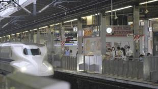 Un tren bala Shinkansen llega a la estación Shin-Yokohama, en Japón, el 22 de julio de 2020