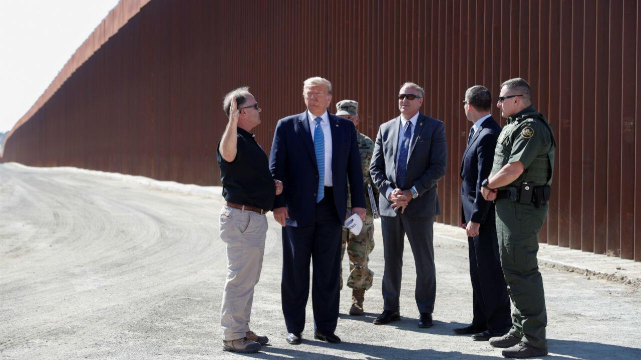El presidente de EEUU, Donald Trump, visita una sección del muro fronterizo entre EEUU y México en Otay Mesa, California, el 18 de septiembre de 2019.