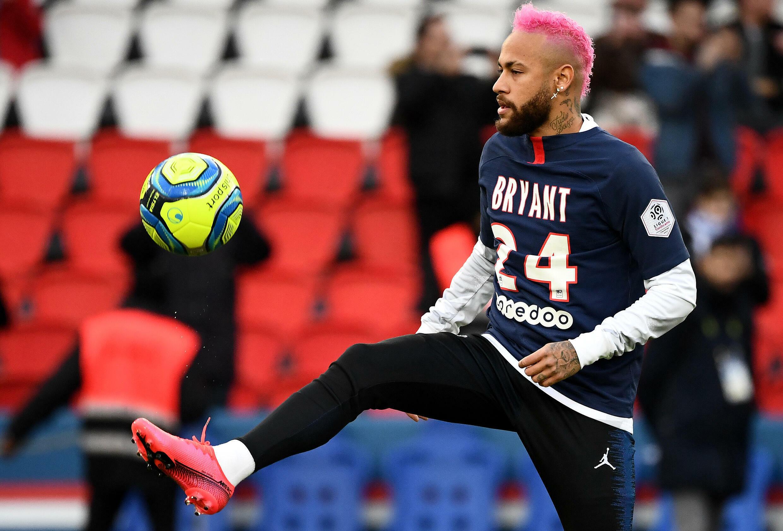 O pioneiro brasileiro do Paris Saint-Germain, Neymar (C), usa uma camisa em memória do falecido lenda da NBA Kobe Bryant em fevereiro de 2020
