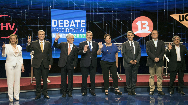 Los ocho candidatos presidenciales posan tras el debate presidencial televisado en Santiago, el 6 de noviembre de 2017.