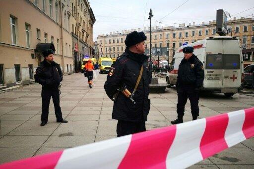 عناصر من الشرطة الروسية ينتشرون عند مدخل محطة المترو  في سان بطرسبورغ بعد الانفجار 3 نيسان/أبريل2017