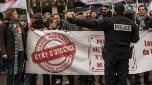 Plusieurs milliers de personnes ont défilé en France, samedi 30 janvier 2016, pour réclamer la fin de l'état d'urgence.