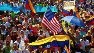 Simpatizantes de la oposición participan en un mitin contra el Gobierno del presidente venezolano Nicolás Maduro, en Maracaibo, Venezuela, el 2 de febrero de 2019.