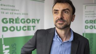 Grégory Doucet, candidat EELV, pose à Lyon le 27 novembre 2019.