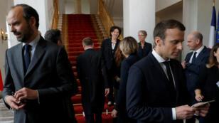 El primer ministro francés Édouard Philippe y el presidente Emmanuel Macron luego de la primera reunión del gabinete, el 18 de mayo de 2017 en París.