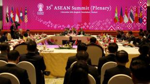 El primer ministro de Tailandia, Prayut Chan-o-cha, pronuncia el discurso de apertura durante la 35 Cumbre de ASEAN en Tailandia, el 2 de noviembre de 2019.