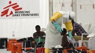 Un médecin de MSF intervient à Monrovia, au Liberia, le 26 septembre 2014, durant l'épidémie d'Ebola.