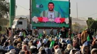 حوثيون يستمعون إلى خطاب تلفزيوني لزعيمهم عبد الملك الحوثي في صنعاء خلال الاحتفال بالمولد النبوي