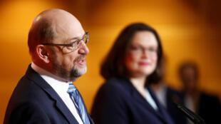 El líder del Partido Social Demócrata (SPD), Martin Schulz, y el líder del partido entrante, Andrea Nahles, pronunciaron una conferencia de prensa en la sede del partido en Berlín, Alemania, el 7 de febrero de 2018.