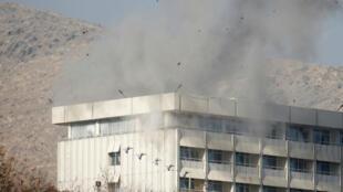 El humo sale del Hotel Intercontinental durante el atentado ocurrido en Kabul, Afganistán, donde los atacantes tuvieron retenidos a varios rehenes durante 13 horas.
