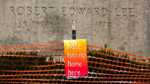 """Sur les lieux de la manifestation d'août 2018 à Charlottesville, une pancarte : """"Il n'y a pas de place pour la haine ici""""."""