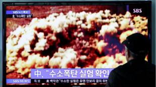 Un homme regarde un journal télévisé coréen montrant un essai nucléaire.