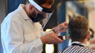 Dans un salon de coiffure de New York le 22 juin 2020