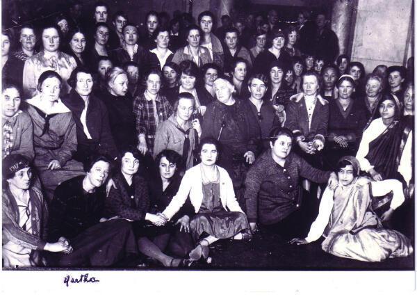 En 1927, Martha est choisie pour emmener une délégation de femmes à Moscou pour fêter le 10e anniversaire de la Révolution d'octobre. Elle y rencontre Clara Zetkin, celle qui a initié en 1910, la journée internationale de lutte pour le droit des femmes.
