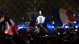 Emmanuel Macron, dimanche 7 mai 2017, devant la foule présente sur l'esplanade du Louvre.