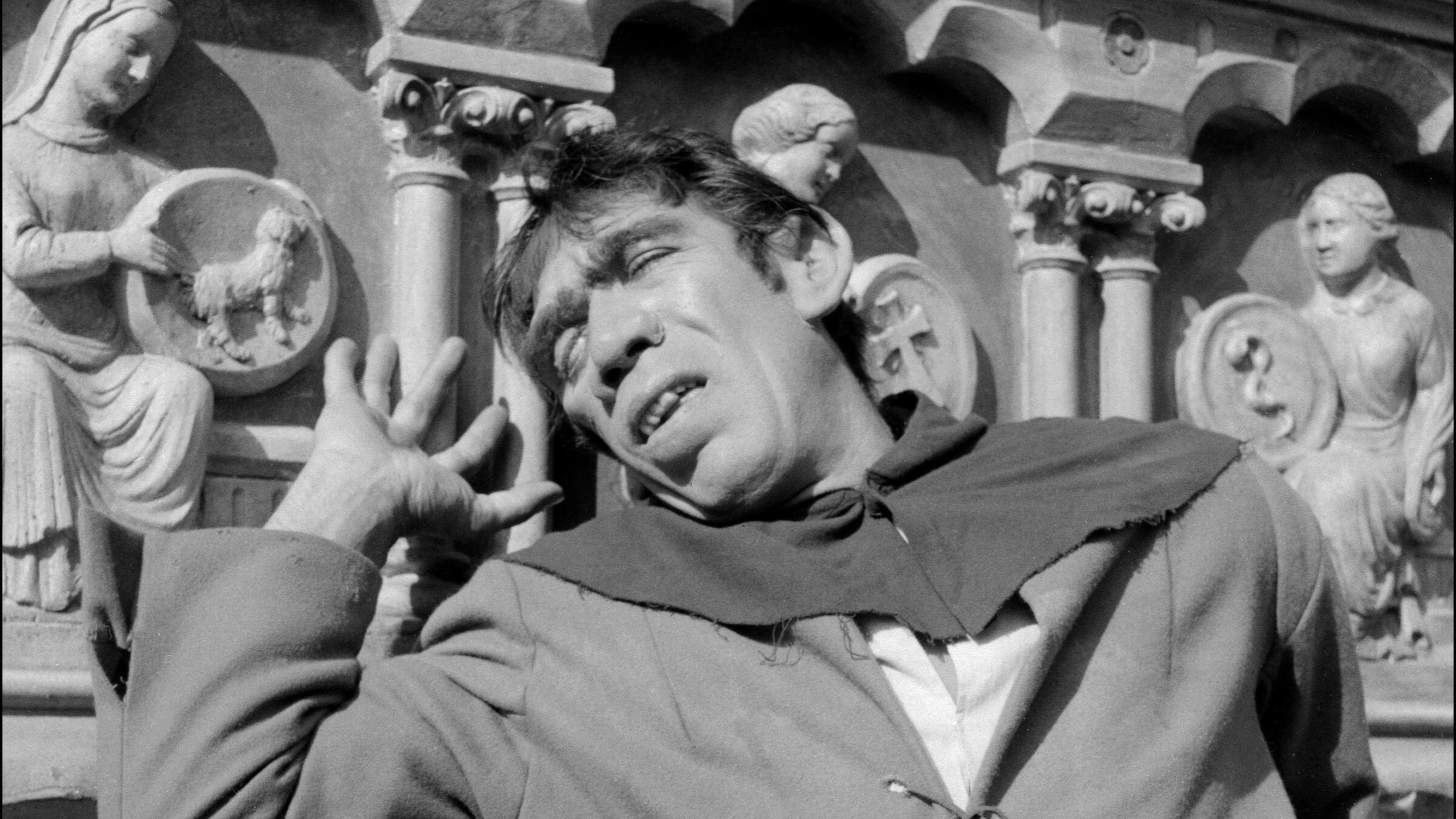 El actor estadounidense Anthony Quinn interpreta el papel de Quasimodo en 'Notre Dame de París', una película de Jean Delannoy, de 1956.