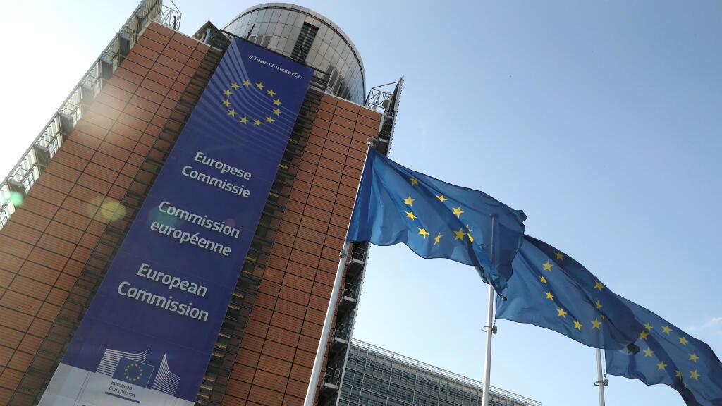Las banderas de la Unión Europea ondean fuera de la sede de la Comisión Europea, en Bruselas, Bélgica, el 30 de junio de 2019.