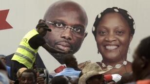 """Affiche de campagne du """"ticket"""" Weah/Howard-Taylor lors de la campagne présidentielle au Libéria fin 2017."""