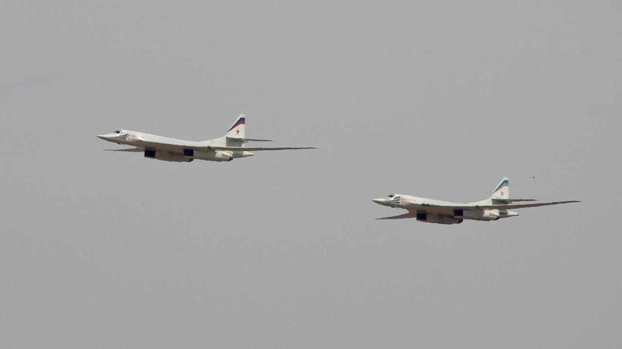Archivo: dos bombarderos Tu-160 vuelan durante un ejercicio conjunto entre Rusia y Kazajistán en el campo militar de Otar, a unos 150 km al oeste de Almaty, Kazajistán, el 3 de octubre de 2008.