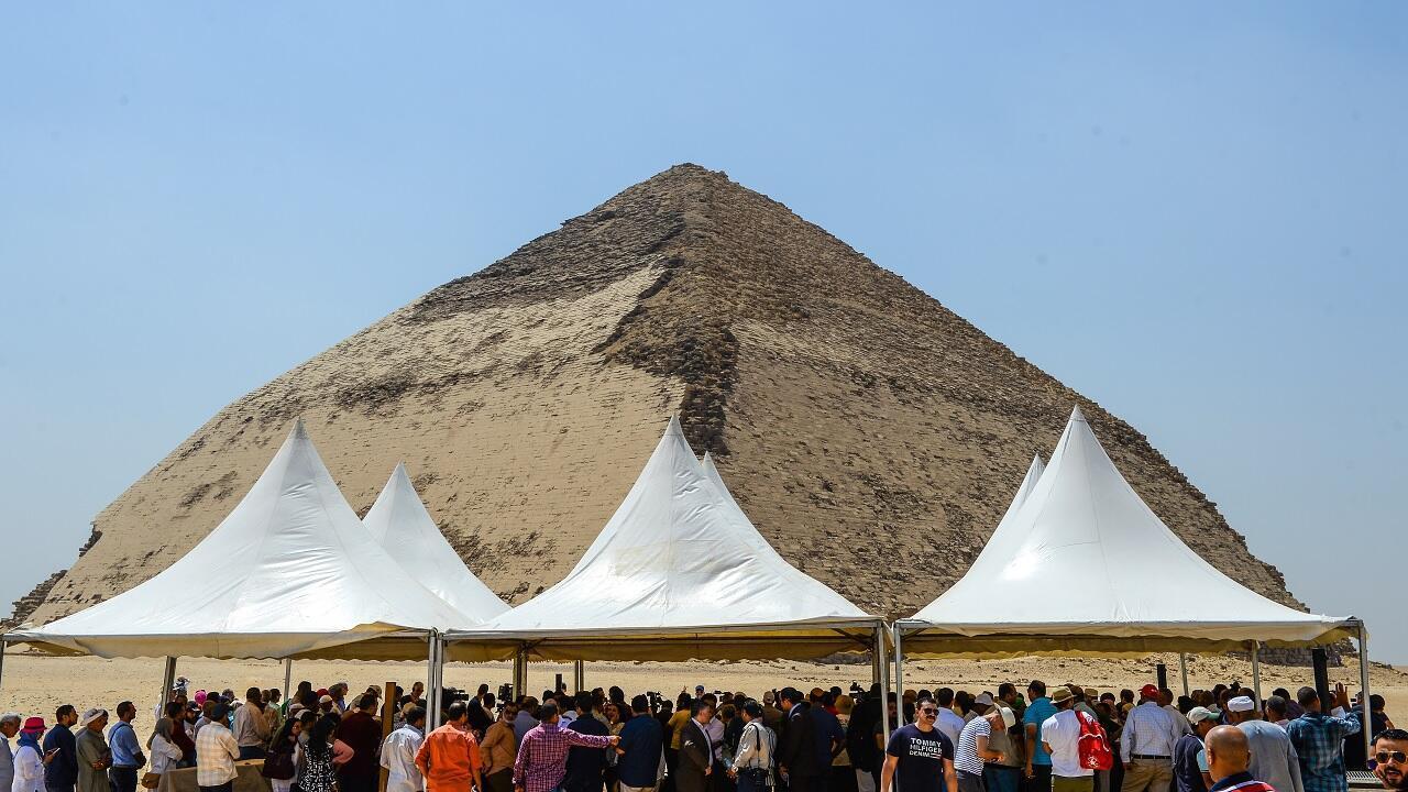 حفل افتتاح أمام هرم في دهشور على الضفة الغربية لنهر النيل، جنوب العاصمة القاهرة في 13 يوليو/تموز 2019.