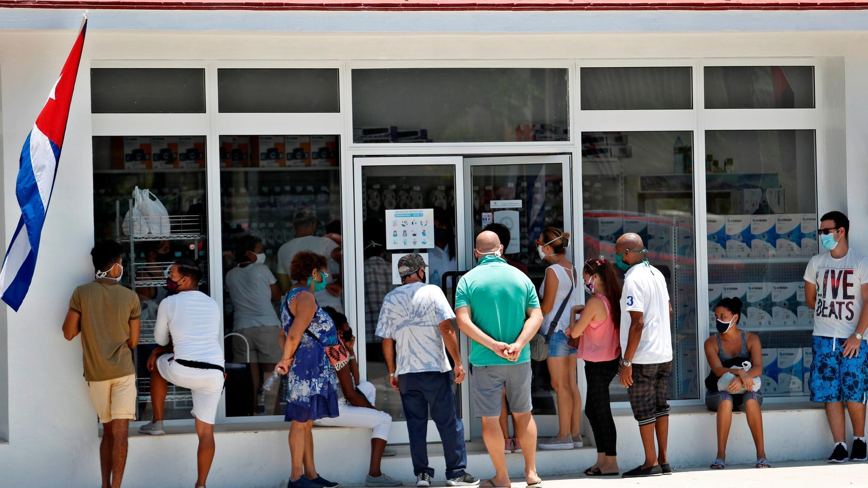 Personas con mascarillas esperan su turno para entrar a una tienda de electrodomésticos hoy, en La Habana, Cuba. El 8 de agosto de 2020.