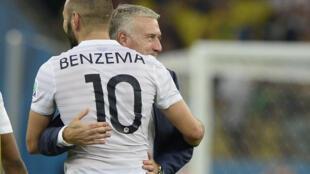 Accolade entre le sélectionneur des Bleus Didier Deschamps et Karim Benzema, son attaquant phare, lors de la Coupe du monde au Brésil, le 25 juin 2014 au Maracana de Rio