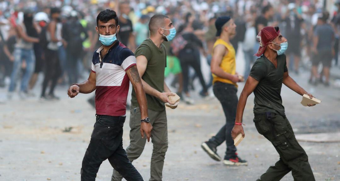 Un grupo de manifestantes durante una protesta tras la explosión el martes en el área del puerto de Beirut, en Beirut, Líbano, el 9 de agosto de 2020.