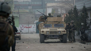 Les forces de sécurité afghanes inspectent à Jalalabad les locaux de l'association Save the Children, cible d'une attaque terroriste, le 24 janvier 2018.