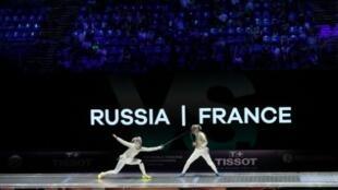 La sabreuse française Cecilia Berder face à la Russe Yana Egorian lors de la 2e place de la France aux Mondiaux à Budapest le 23 juillet 2019