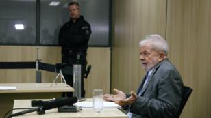 L'ex-président Lula lors de son interview avec El Pais et Folha de Sao Paulo au siège de la police fédérale de Curitiba.