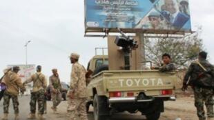 مقاتلون من الحركة الانفصالية الجنوبية في اليمن في أحد شوارع عدن في 28 يناير/كانون الثاني 2018