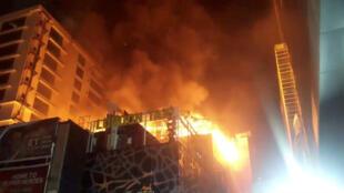 Las llamas consumieron rápidamente la azotea donde se ubicaba el restaurante