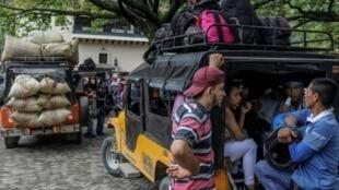 Des ouvriers à bord de véhicules destination de l'usine où ils travaillent à Cidudad Bolívar, le 22 octobre 2017 en Colombie