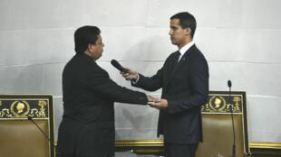 Juan Guaido et le vice-président de l'Assemblée nationale, Edgar Zambrano, lors d'une cérémonie d'inauguration à Caracas, le 5 janvier 2019.
