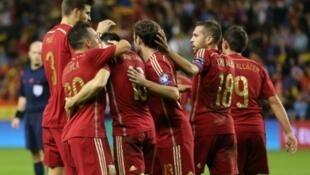 لاعبو المنتخب الإسباني يحتفلون بالفوز على لوكسمبورغ في 9 تشرين الأول/أكتوبر 2015