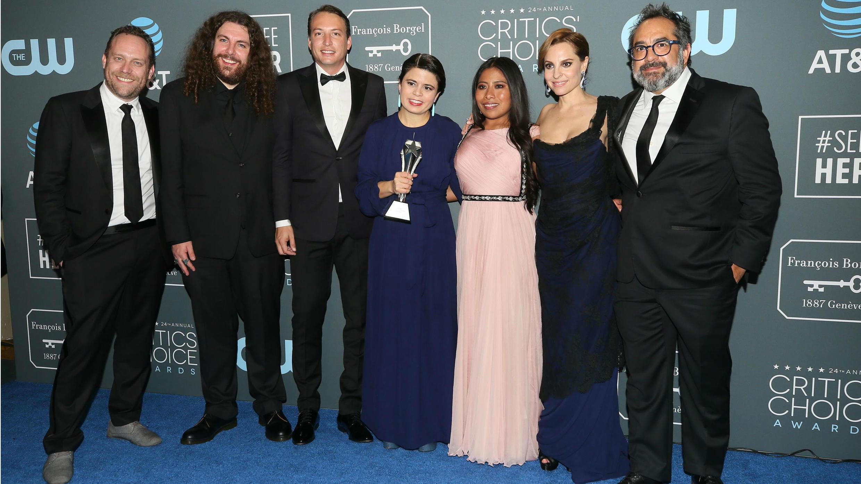 """El reparto y el equipo de """"ROMA"""" posan detrás del escenario con uno de sus premios a Mejor Película, en la 24 edición de los Critics' Choice Awards, en Santa Mónica, California, EE. UU., el 13 de enero de 2019."""
