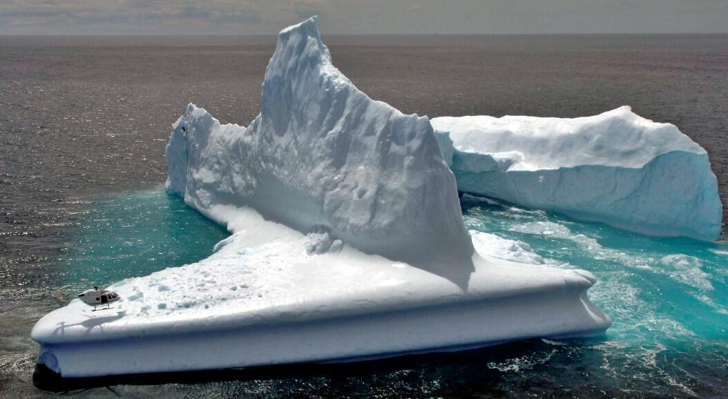 Archivo-Un helicóptero aterriza en el iceberg al norte de Dunedin, Nueva Zelanda, el 16 de noviembre de 2006. La reducción a gran escala y duradera de los gases de efecto invernadero en los próximos 20 años será vital para evitar un calentamiento mayor del planeta con daños irreversibles, destaca un informe de la ONU publicado el 9 de agosto de 2021.