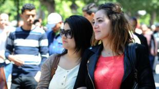Des femmes tunisiennes, le 23 avril 2014, marchent dans les rues de Tunis.