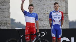 Le sprinteur de Groupama-FDJ Arnaud Démare salue le public lors de la présentation du Giro devant le Temple dorique de Ségeste, près de Palerme, le 1er octobre 2020