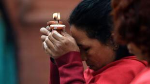 Une femme prie dans un temple de Katmandou le 2 mai alors que les chances de retrouver des survivants est nulle.