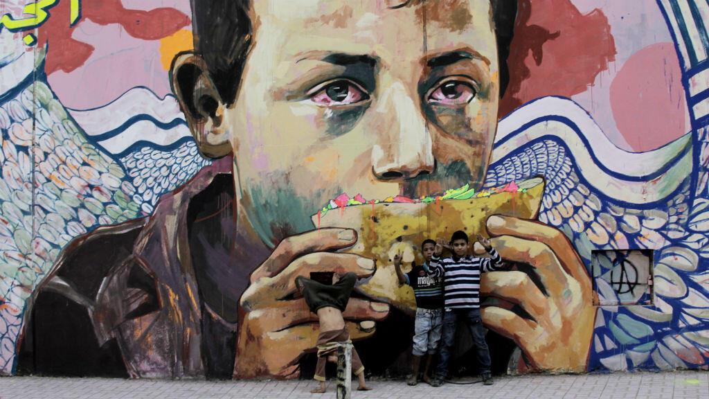 """""""Glory to the unidentified"""", œuvre des grapheurs égyptiens Ammar Abo Bakr et Mo Mahmoud, dit """"Khaled"""", sur un mur du Caire."""