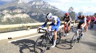 Julien Alaphilippe emmène le groupe dans une ascension lors de la septième étape de Paris-Nice, entre Nice et Valdeblore-La-Colmiane, avant le confinement le 14 mars 2020