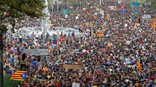 Unas 300 mil personas se movilizaron este martes en Barcelona para reclamar contra el accionar policial durante el referendo del domingo pasado.